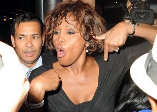 Whitney Houston zalana wychodzi z klubu!