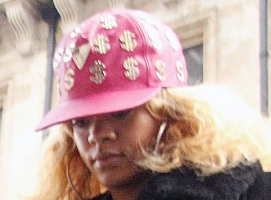 Rihanna wygląda okropnie - ukrywa się pod czapką!