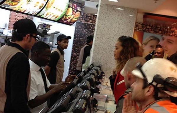 Rihanna nie gwiazdorzy - jada w McDonaldzie jak Ty! Zobacz!