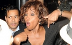 Whitney Houston zalana wychodzi z klubu!