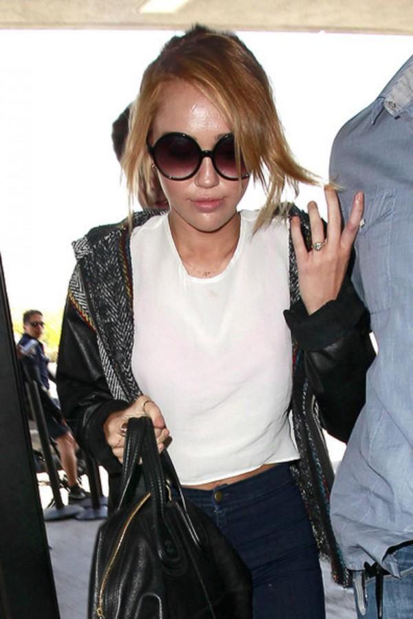 Miley Cyrus chwali się pierścionkiem zaręczynowym!