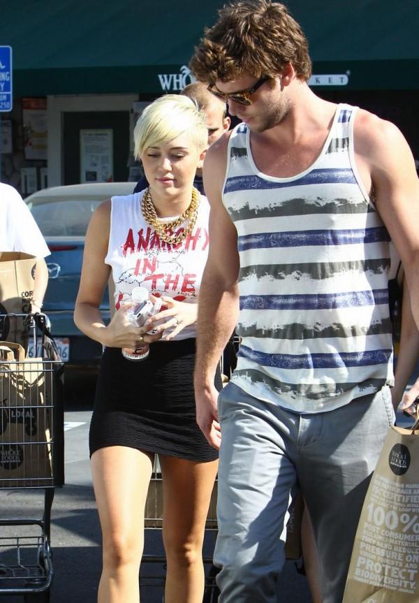 Liam ZDRADZA Miley?