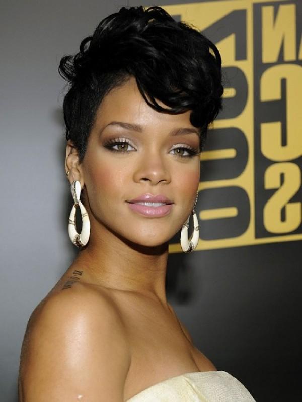Rihanna KOLEJNĄ dziewczyną BONDA!