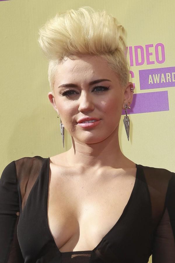 Miley Cyrus z DMUCHANĄ LALKĄ!